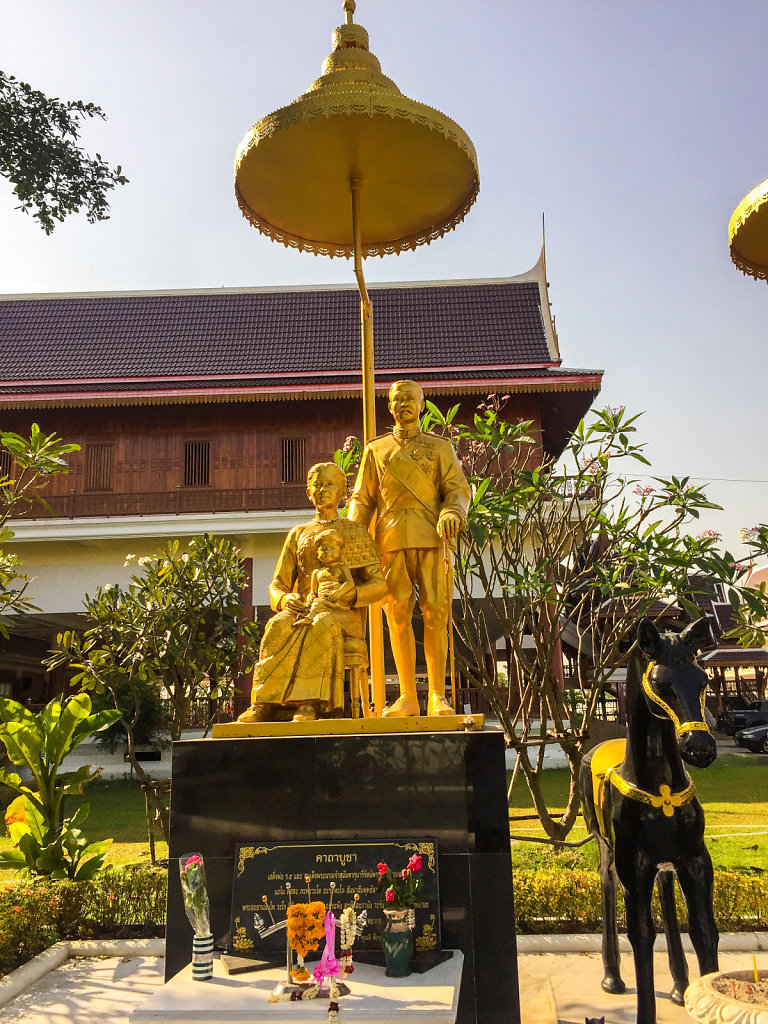 Statue of KIng Chulalungkorn (Rama V) and his first wife